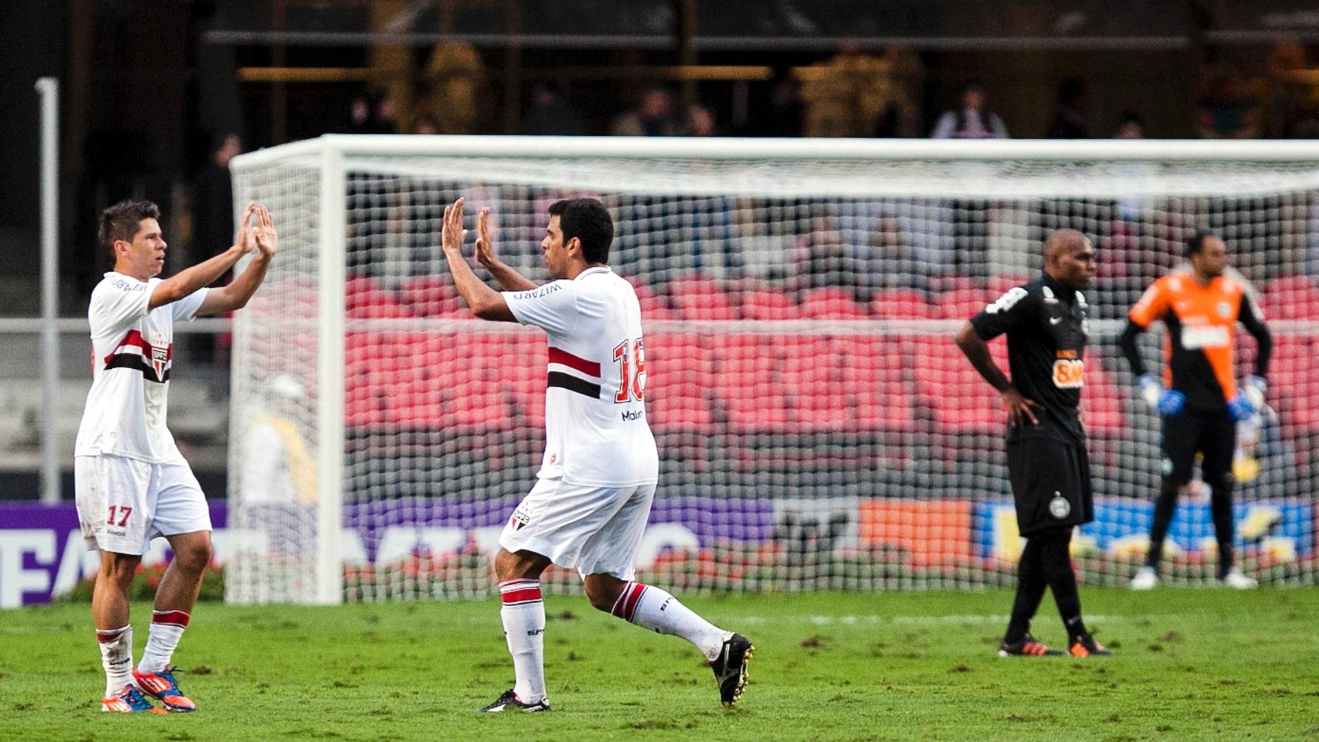 Maicon cumprimenta Osvaldo após marcar o segundo gol do São Paulo contra o Coritiba no Morumbi