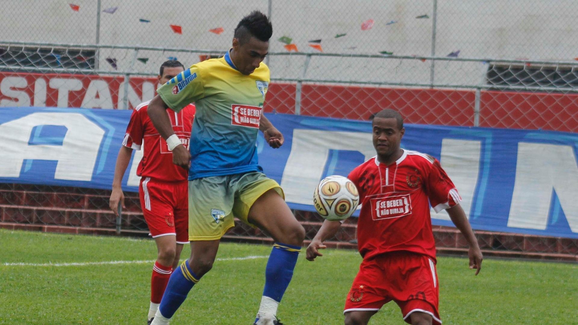 O Jardim Regina EC (amarelo) venceu o atual campeão Classe A (vermelho) por 2 a 1