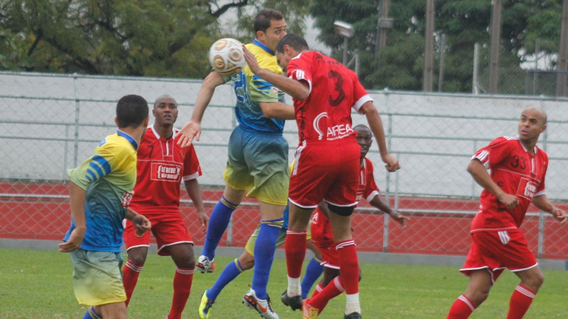 Após duas vitórias seguidas, o Classe A (vermelho) não conseguiu evitar a derrota para o Jardim Regina (amarelo)