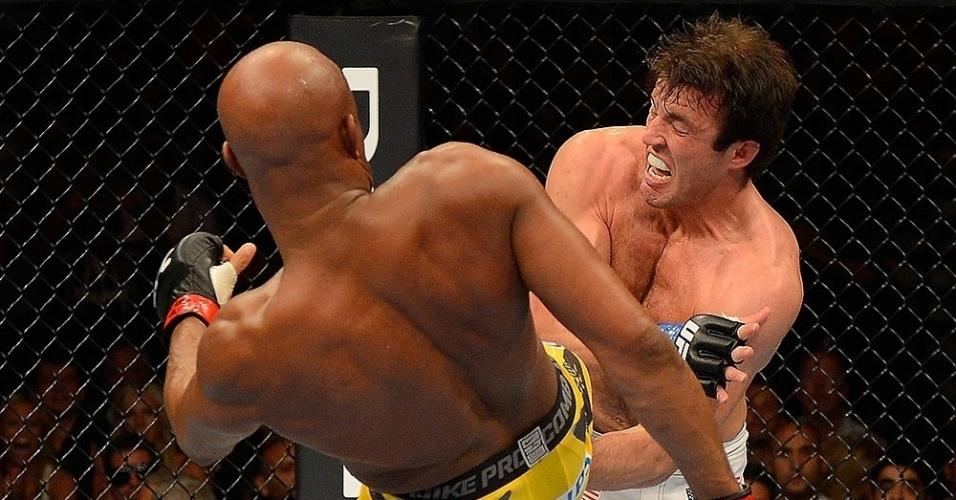 Sonnen leva pisão no peito durante a derrota para Anderson Silva