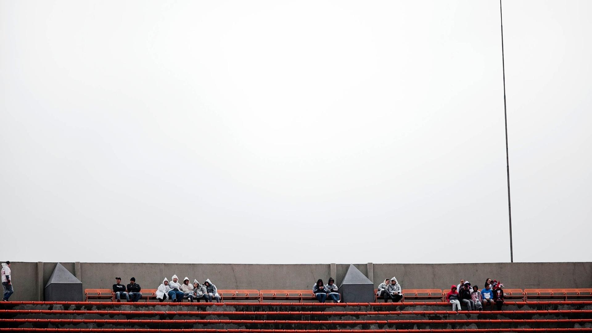 Tempo nublado e garoa em São Paulo atrapalham torcedores que vão ao Morumbi para São Paulo e Coritiba