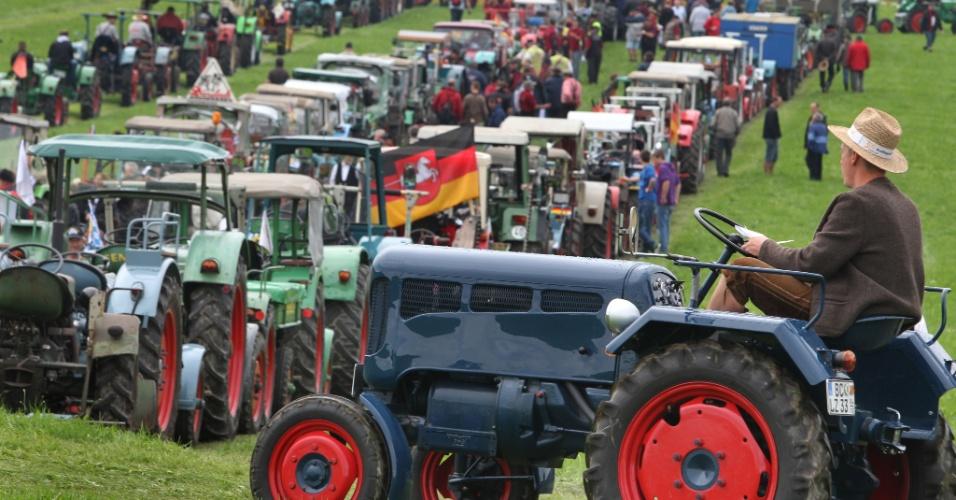 9.jul.2012 - Agricultores alemães enfileiram 1345 tratores, em Bad Waldsee, no sul da Alemanha, para bater recorde mundial, no último sábado (7)