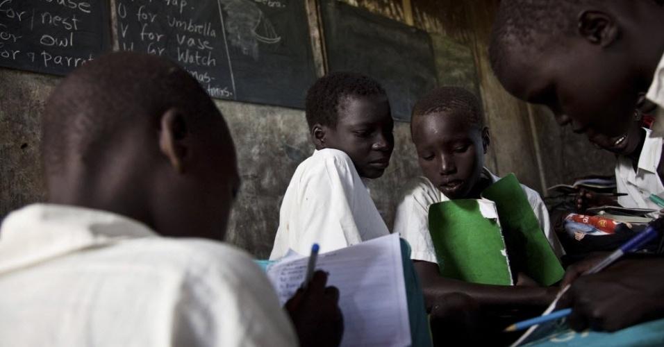 9.jul.2012 - Grupo de meninos estuda em escola primária na cidade de Pibor, no Sudão do Sul. Durante décadas, moradores do sul do Sudão lutaram contra o norte. Mais de dois milhões de pessoas morreram até o fim da guerra em 2005. Em um referendo, 99% dos habitantes do sul votaram pela independência em 9 de julho de 2011