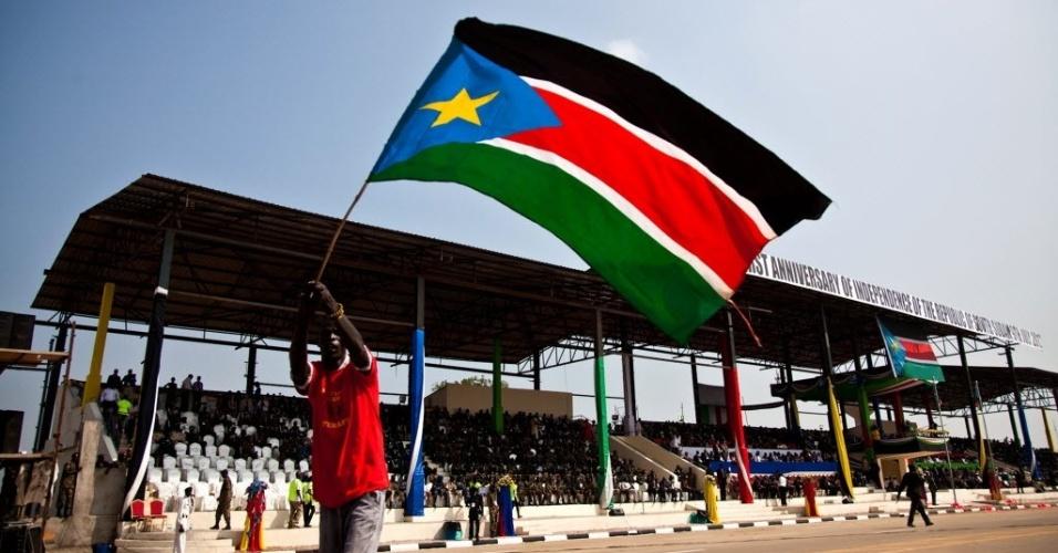 9.jul.2012 - Homem balança bandeira do Sudão do Sul durante festejos do primeiro ano de independência do país