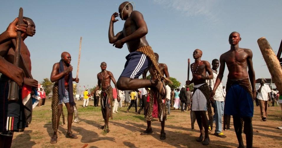 9.jul.2012 - Homens dançam na capital Juba para comemorar o primeiro aniversário de independência do Sudão do Sul. A celebração começou de madrugada, e uma multidão ocupou as ruas para festejar