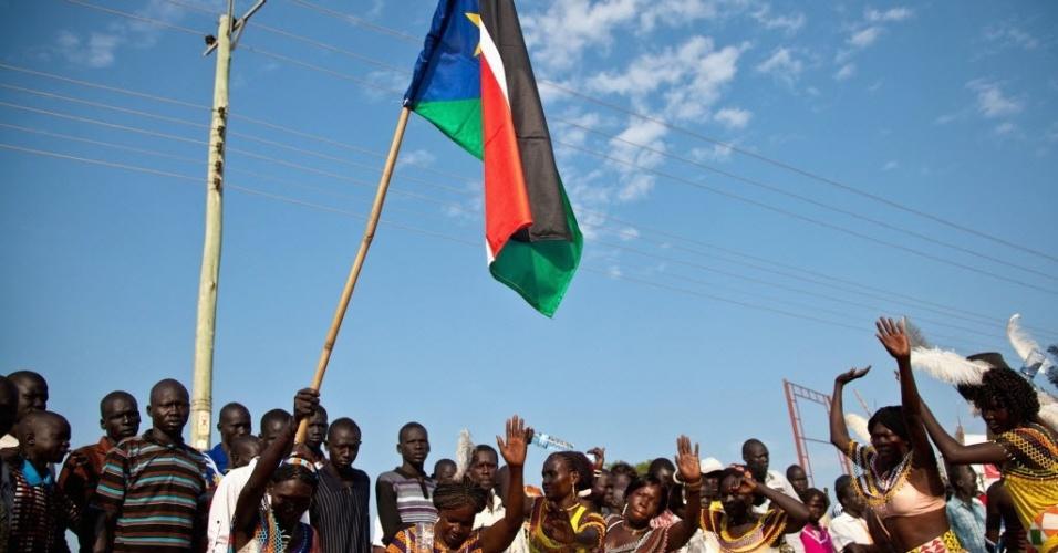 9.jul.2012 - Homens e mulheres cantam e dançam nas ruas da capital Juba para celebrar o primeiro aniversário da independência do Sudão do Sul
