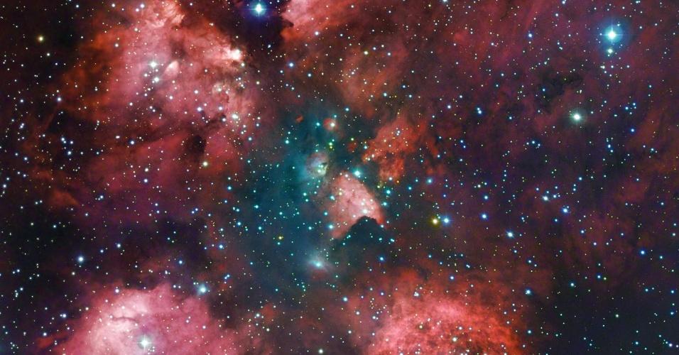 """9.jul.2012 - O Observatório Europeu do Sul (ESO) divulgou esta nova imagem da nebulosa Pata de Gato, feita a partir da combinação de observações do telescópio do Chile e de astrônomos amadores. Seu formato típico é revelado pelas nuvens avermelhadas (que parecem as """"almofadas"""" das patas dos felinos). Bastante conhecida, a nebulosa fica na Constelação de Escorpião, a cerca de 5.500 anos-luz da Terra"""