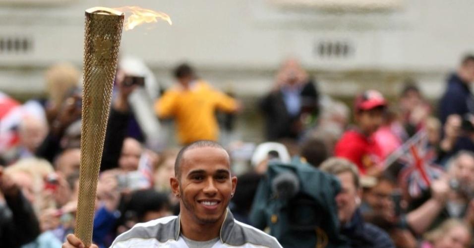 Após disputa de GP da Inglaterra, Lewis Hamilton carrega tocha olímpica em Londres-2012 nesta segunda-feira (9)