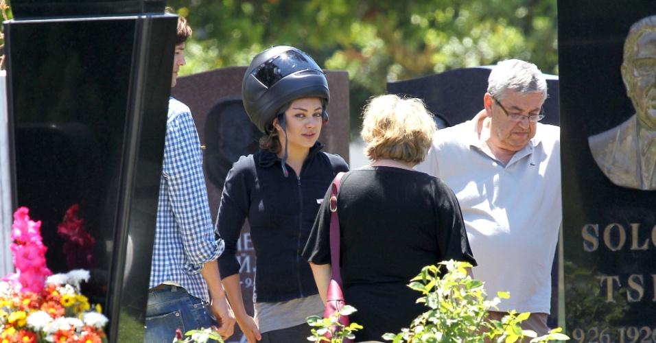 Ashton Kutcher e Mila Kunis vão a cemitério juntos