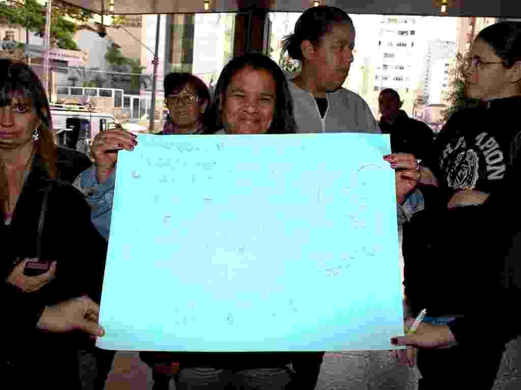Fãs levam cartazes de apoio ao cantor Pedro Leonardo na manhã desta segunda-feira (9) - Manuela Scarpa / Foto Rio News
