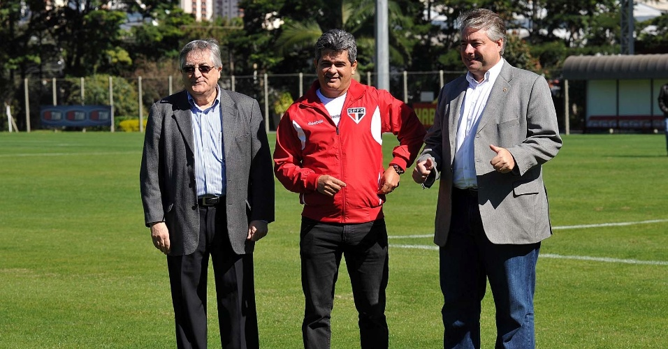 João Paulo Jesus Lopes (esq) e Adalberto Batista apresentaram o novo treinador Ney Franco