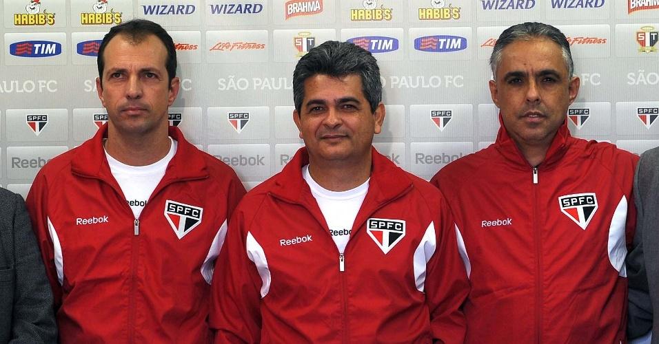 Ney Franco (c) posa para foto oficial da apresentação ao lado da comissão técnica do São Paulo
