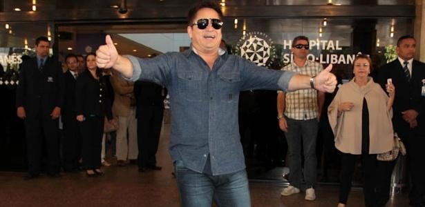 Leonardo em frente ao Hospital Sírio-Libanês, em SP, onde seu filho Pedro Leonardo estava internado (9/7/12)