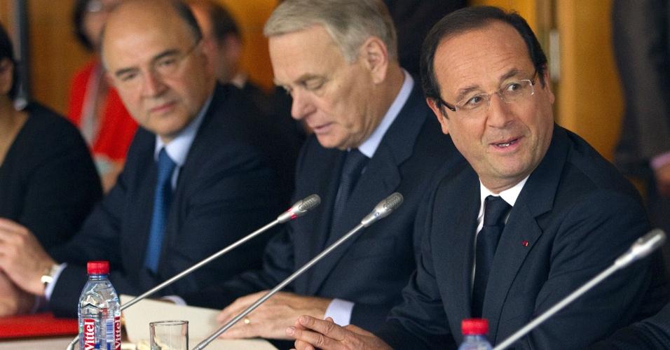 Presidente francês, François Hollande (dir.) participa de conferência nesta segunda (9), em Paris, para falar sobre a criação de empregos, buraco no orçamento e a crise do euro