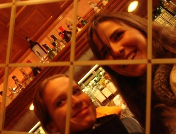 Yana e amiga em um dos cafés de Milão.