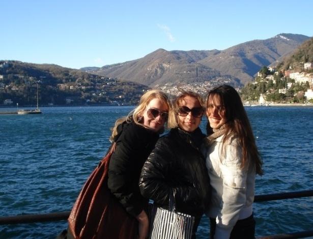 Yana Fortuna e amigas no lago de Como, terceiro  maior da Itália, em Lombardia