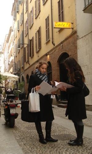 Yana Fortuna e uma amiga em Brera, distrito em Milão, Itália