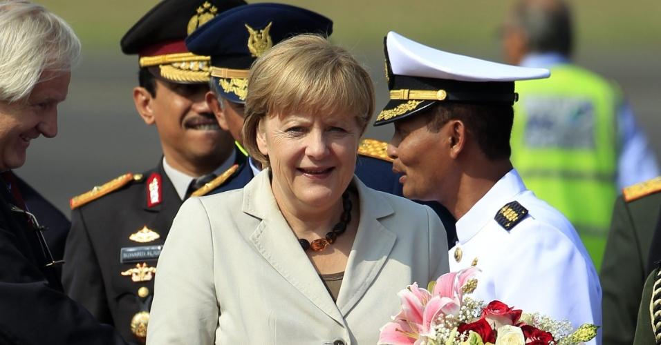10.jul.2012 - A chanceler alemã, Angela Merkel, chega ao aeroporto de Jacarta, na Indonésia, nesta terça-feira (10). Merkel quer estreitar os laços comerciais com o país, que possui a maior economia do leste asiático