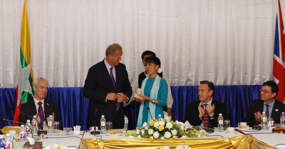 10.jul.2012 - A líder oposicionista de Mianmar Aung San Suu Kyi recebe o prêmio Churchill do subsecretário de Estado do Parlamento Britânico, Lord Marland, na capital Naypyitaw, nesta terça-feira (10)