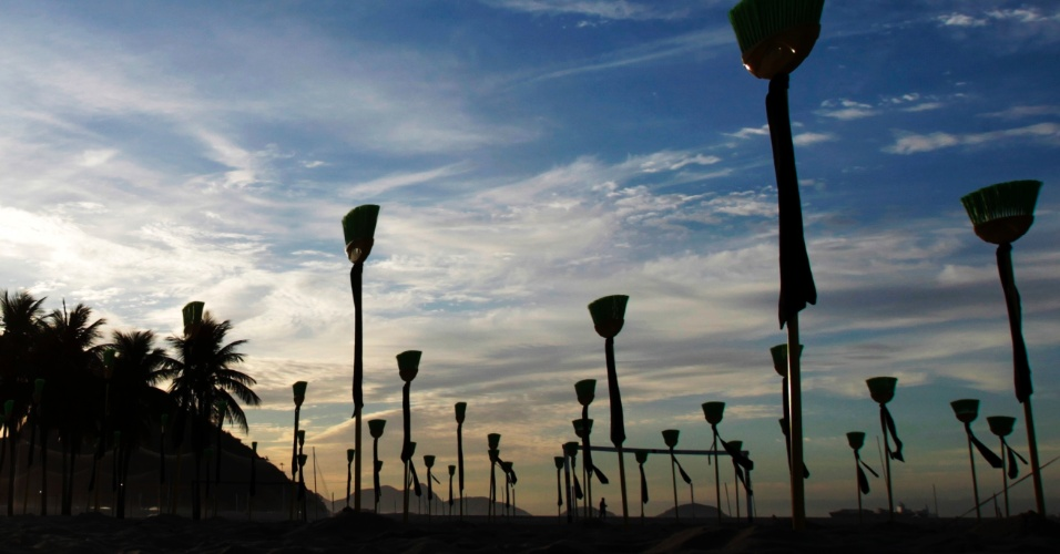 10.jul.2012 - A praia de Copacabana, no Rio de Janeiro, amanheceu nesta terça-feira (10) com 81 vassouras enterradas em um ato contra a corrupção no Sanado, organizado pela ONG Rio de Paz. As vassouras representam cada um dos senadores brasileiros