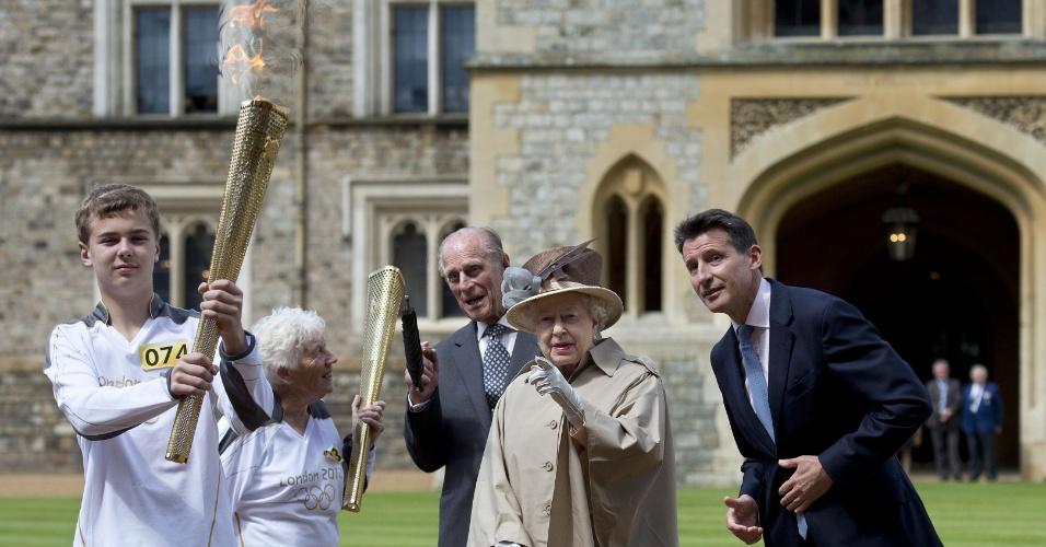 10.jul.2012 - A rainha Elizabeth II e seu marido, Príncipe Phillip, recebem o presidente do Comitê Olímpico de Londres e portadores da tocha olímpica na frente do Castelo de Windsor. Os jogos olímpicos de Londres, no Reino Unido, começam no dia 27 de julho