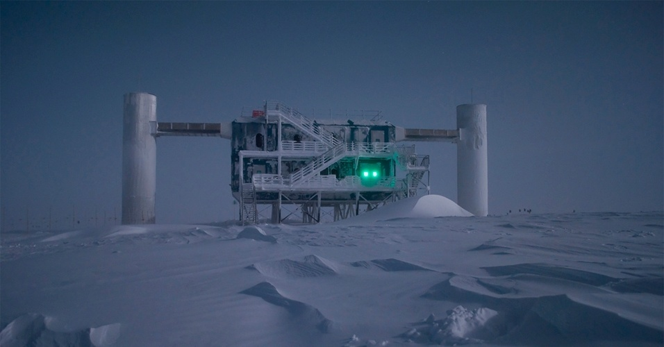 10.jul.2012 - Cientistas querem desvendar os mistérios dos neutrinos para tentar descobrir como o universo foi criado. As pesquisas estão sendo feitas com o apoio do maior telescópio do mundo localizado no laboratório IceCube na Antártica. Na imagem, ele aparece iluminado pela luz da Lua