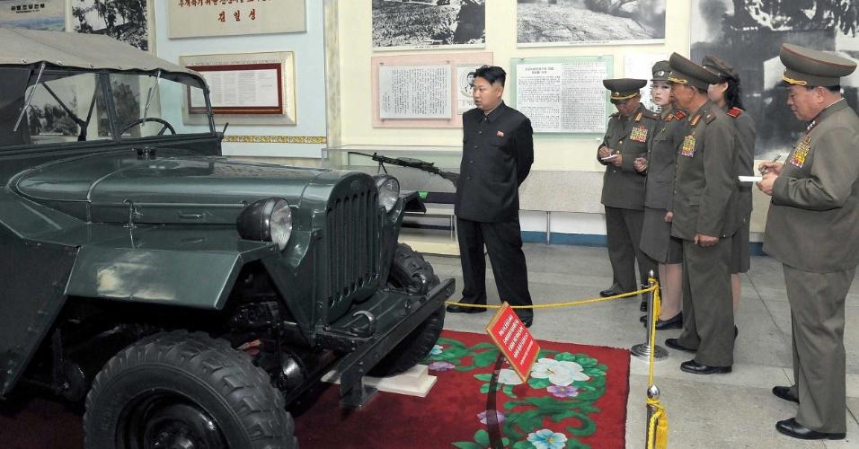 10.jul.2012 - Imagem divulgada pela agência oficial de notícias da Coreia do Norte mostra o líder, Kim Jong-Un, em visita ao museu de guerra do país, em Pyongyang. A data em que a foto foi tirada não foi divulgada