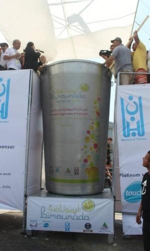 10.jul.2012 - Libaneses batem recorde e fazem maior copo de limonada do mundo