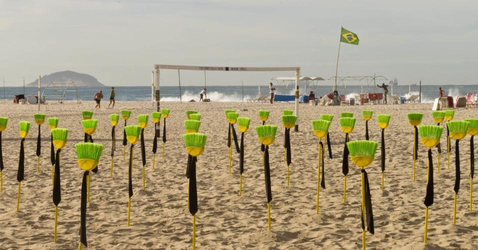 10.jul.2012 - Mais de 80 vassouras com gravatas foram enterradas nas areias de Copacabana, no Rio de Janeiro, em um ato contra a corrupção no Senado