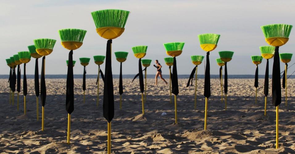 10.jul.2012 - Membros da ONG Rio de Paz colocam vassouras nas areias da praia de Copacabana, no Rio de Janeiro, em protesto contra a corrupção no Sanado. Ao todo, são 81 vassarouras, o número de senadores no país
