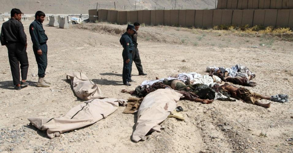 10.jul.2012 - Membros da Segurança afegã observam corpos dos militantes do Taleban mortos em Kandahar, no Afeganistão