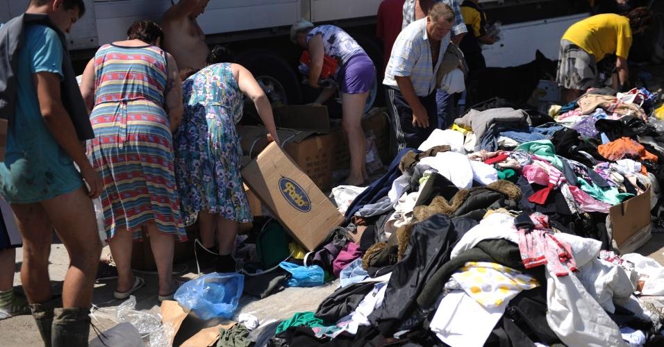 10.jul.2012 - Moradores recebem doação de roupas secas após inundações na cidade de Krymsk , no sul da Rússia
