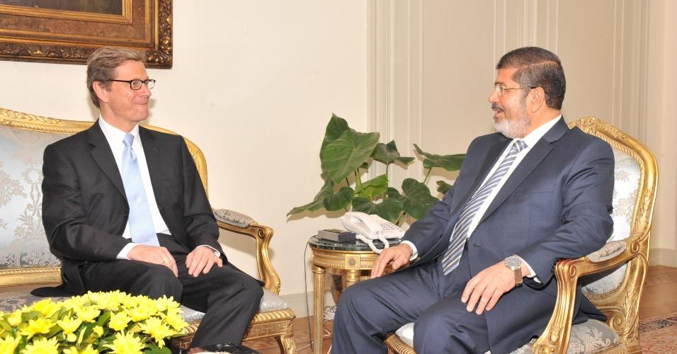 10.jul.2012 - O presidente do Egito Mohamed Morsi (à direita) recebe a visita do ministro das Relações Exteriores alemão Guido Westerwelle no Cairo, nesta terça-feira (10)