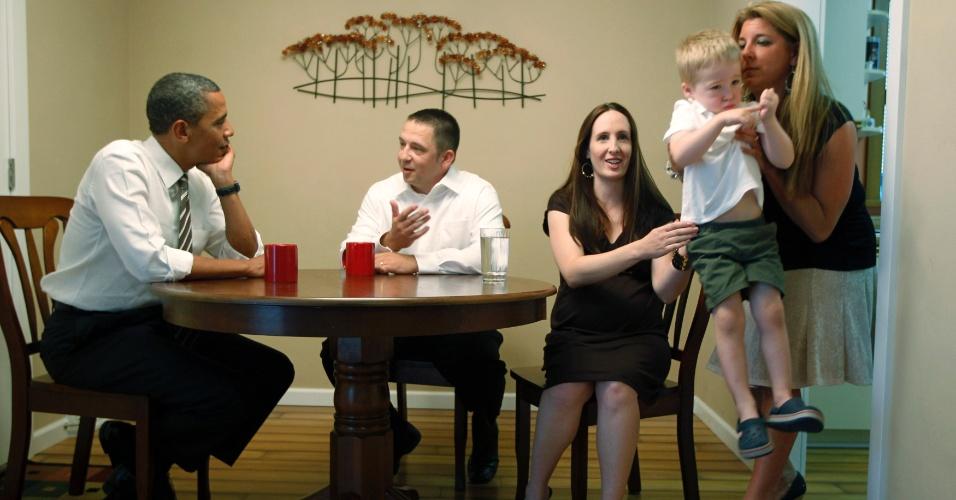 10.jul.2012 - O presidente dos Estados Unidos, Barack Obama, visita uma família americana em Cedar Rapids, no Estado de Iowa, nesta terça-feira (10). Ele foi ao Estado para apoiar a extensão de um programa de redução de impostos da era Bush que expira no fim do ano