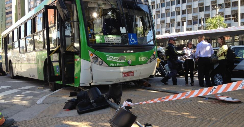 10.jul.2012 - Ônibus perde o controle sobe em canteiro e destrói semáforo de pedestres na esquina da avenida Faria Lima com a avenida Rebouças, na zona sul de São Paulo