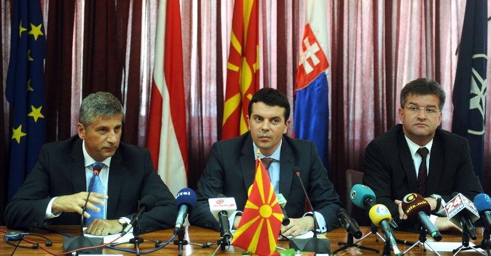 10.jul.2012  - Os ministros do Exterior da Áustria, Michael Spindelegger (à esquerda), da Macedônia, Nikola Poposki (no meio), e da Eslováquia, Miroslav Lajcak (à direita), concedem entrevista coletiva em Skopje, capital da Macedôniam, nesta terça-feira (10)