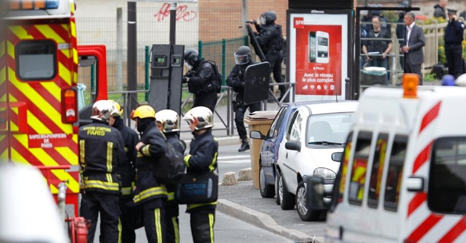 10.jul.2012 - Pai de um aluno é mantido refém nesta terça-feira (10) por um homem em uma escola primária de Vitry, cidade situada nos arredores de Paris