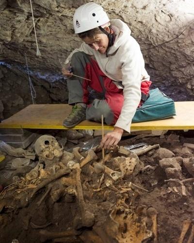 10.jul.2012 - Pesquisadora trabalha com restos de fósseis encontrados na caverna El Mirador. A jornada realizada nas últimas semanas busca restos de hominídeos que viveram há mais de 1,2 milhões de anos
