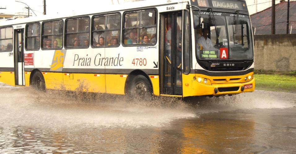 10.jul.2012 - Salvador, na Bahia, amanhece com chuvas e pontos de alagamentos