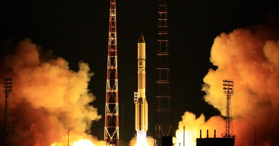10.jul.2012 - Um foguete Proton-M, com o satélite Sirius-5 de propriedade de empresa holandesa a bordo, foi lançado no cosmódromo de Baikonur, no Cazaquistão
