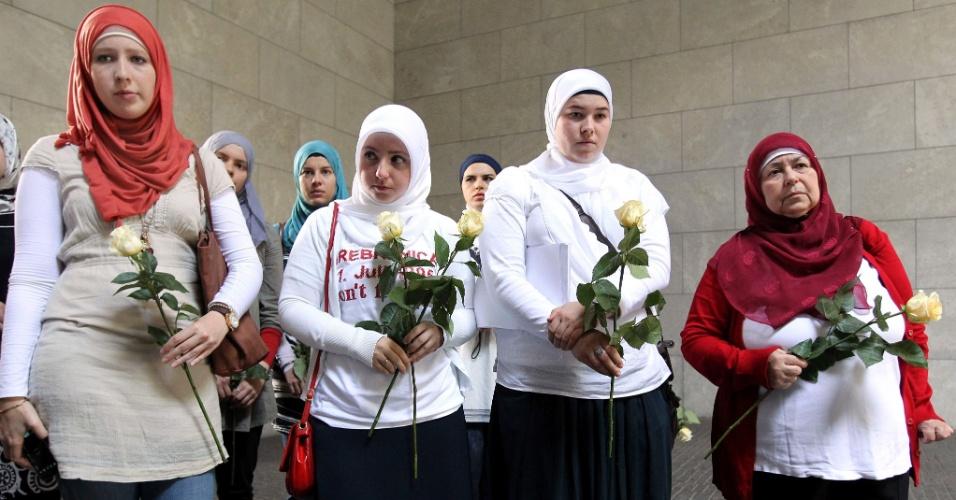 10.jul.2012 - Várias mulheres bósnias participaram de uma cerimônia em memória das vítimas do massacre de Srebrenica, em Berlim (Alemanha), que deixou 8.000 pessoas mortas