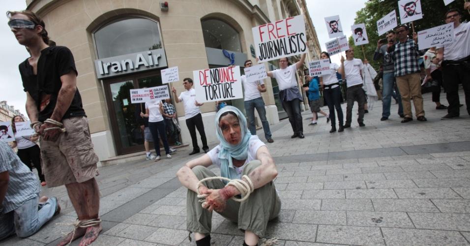 10.jul.2012 -Ativistas da ONG Repórteres sem Fronteiras fazem protesto contra a perseguição de jornalistas no Irã, em frente a uma companhia aérea iraniana em Paris, nesta terça-feira (10). A manifestação também lembra os dez anos da morte do fotojornalista Zahra Kazemi numa prisão do Irã
