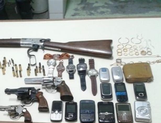 10.jul.2012- Carro roubado é recuperado com armas e joias em Hortolândia (SP)