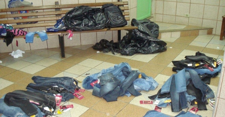 10.jul.2012- Casal foi detido em flagrante pela  Polícia Militar por roubar diversas lojas de um shopping, na segunda-feira (9), na avenida Charles Schinneider, na Vila Costa, em Taubaté