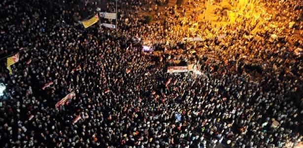 Milhares de egípcios se reúnem praça Tahrir, símbolo da primavera árabe no Egito em julho do ano passado - STR/AFP