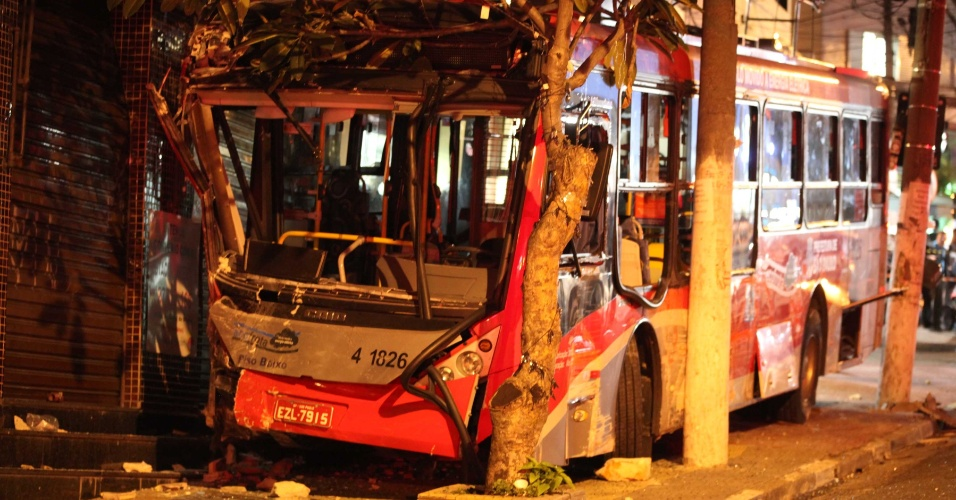 10.jul.2012- Um ônibus desgovernado atingiu carros e invadiu a calçada da avenida Doutor Gentil de Moura, na zona sul de São Paulo