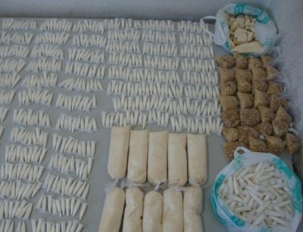 10.jul.2012-Policiais apreenderam quase quatro quilos de cocaína e crack e mais de 200 vidros de lança perfume na rua Doutor Elias Chaves, perto da Favela do Moinho em São Paulo