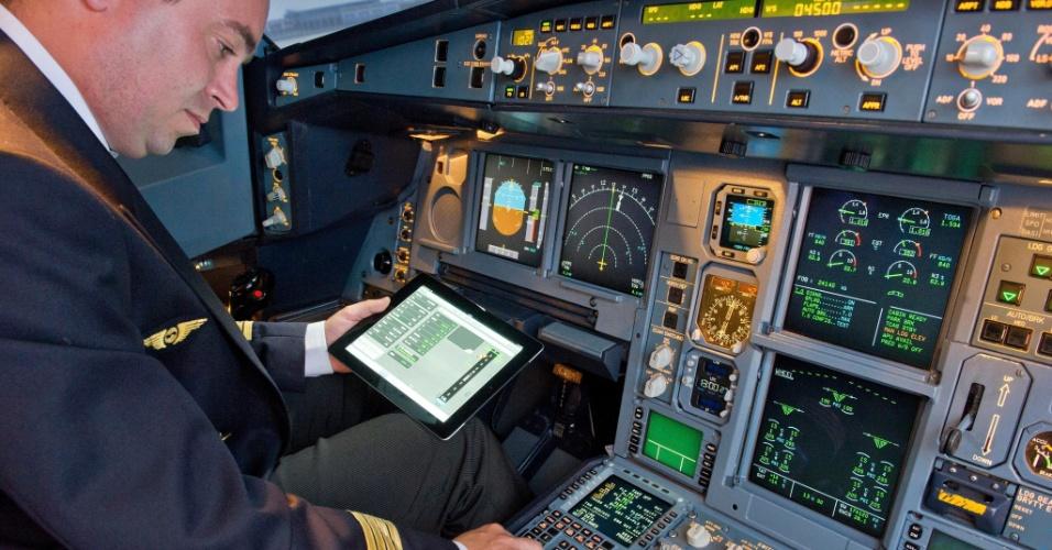 10.julho.2012 - A fabricante de aviões Airbus anunciou nesta terça-feira (10) o lançamento um aplicativo para pilotos, que poderão acessar informações de voos com o iPad. O chamado EFB (eletronic flight bag; uma espécie de central eletrônica de informações de voo, que dispensa o uso de papel) estará disponível em breve na App Store, segundo a Airbus, para as companhias aéreas. O preço da novidade não foi divulgado