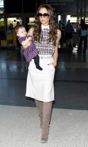 A ex-Spice Girl Victoria Beckham e a filha Harper Beckham de quatro meses são flagradas no aeroporto de Los Angeles, na Califórnia, EUA (26/11/11)