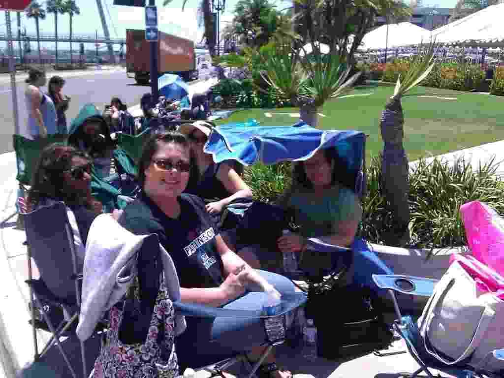 A imagem, postada no Twitter, mostra Giselle G. (de top verde, na cadeira com cobertura azul) na fila para entrar no Centro de Conveções de San Diego - Reprodução